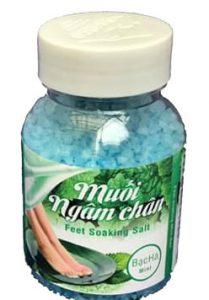 Cách dùng:Cho 40g (hoặc một nắp) muối vào chậu, đổ vào 2-3 lít nước nóng 38 ¸ 40oC. Dùng chân di nhẹ cho tan hạt muối và mát xa hai bàn chân (chú ý nước phải ngập mu bàn chân) thời gian ngâm 15 – 20 phút